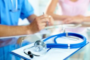 Врач, пациент и стетоскоп