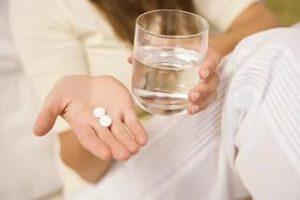 Таблетки со стаканом воды