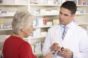 Врач и пациент в аптеке
