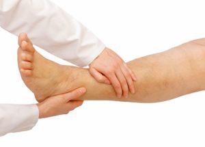 Нога и руки врача