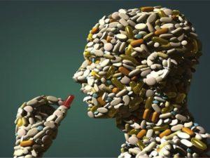 Человек из таблеток принимает пилюлю